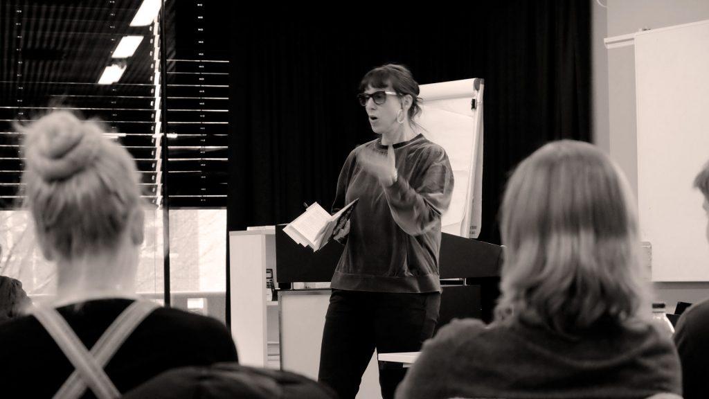 Forfatter Tyra T. Tronstad foreleser for forfatterutdanningens studenter (2018), foto: Niklas R. Lello