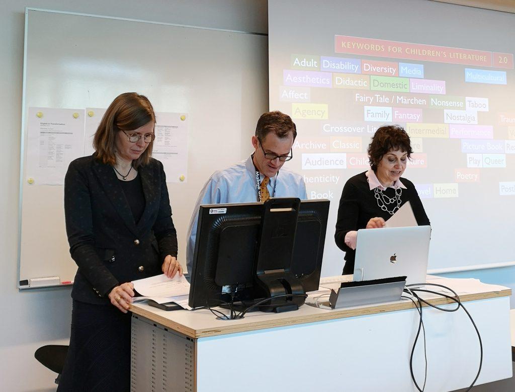 Nina Christensen, Philip Nell og Lissa Paul presenterte den nye utgaven av Keywords for children's literature ved Universitetet i Malmö tidligere i vår. I bakgrunnen vises noen av nøkkelordene som er inkludert i den kommende boka.
